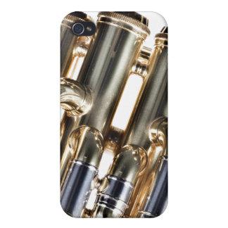 Tuba en el fondo blanco iPhone 4 cárcasas