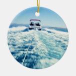 Tubería detrás del barco de la velocidad adorno navideño redondo de cerámica