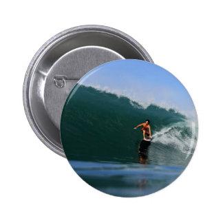 Tubo que monta ondas que practican surf verdes pin redondo de 2 pulgadas