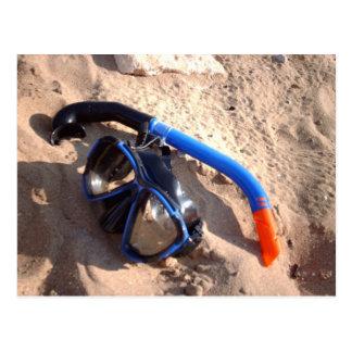 Tubo respirador de la playa y postal de las gafas