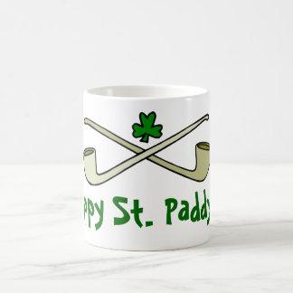 Tubos y la taza de St Patrick del trébol