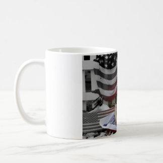 Tucker lleva la taza de café de América de las