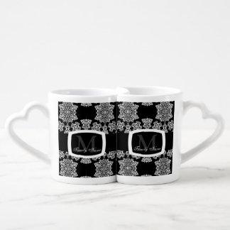 Tudor subió el damasco (blanco) (el monograma) tazas para enamorados