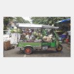 Tuk-tuk Bangkok Tailandia por completo al borde Etiqueta
