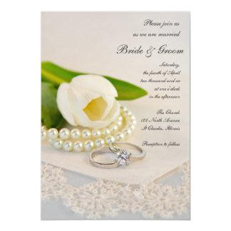 Tulipán, perlas y anillos blancos casando la invitación 12,7 x 17,8 cm