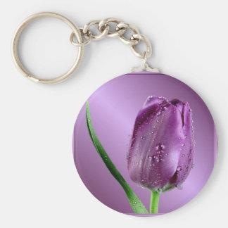 tulipán púrpura con las gotas de agua llavero redondo tipo pin