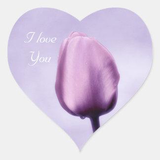 Tulipán purpúreo claro elegante te amo pegatina en forma de corazón