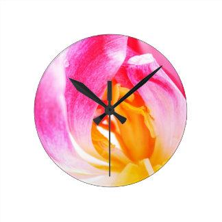 tulipán rosado reloj redondo mediano