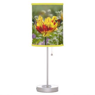 Tulipán y mariposa rojos y amarillos
