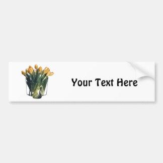Tulipanes amarillos brillantes en un florero de pegatina para auto
