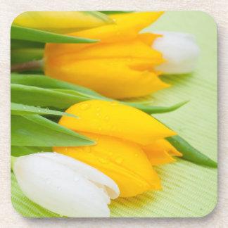 Tulipanes amarillos y blancos posavasos de bebidas