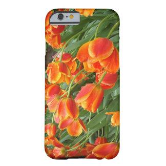 Tulipanes anaranjados azotados por el viento funda de iPhone 6 barely there