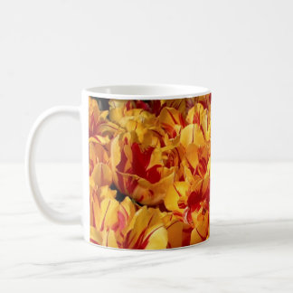 Tulipanes anaranjados rojos del fuego taza de café