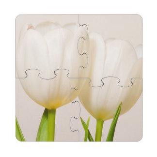 Tulipanes blancos contra un fondo blanco, posavasos de puzzle