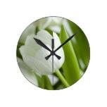 Tulipanes blancos reloj redondo mediano