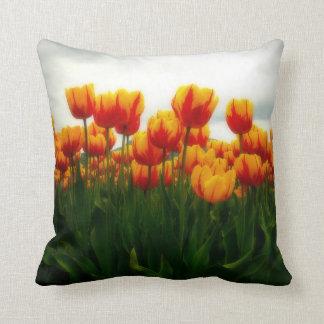 Tulipanes bonitos en campo de flor cojin