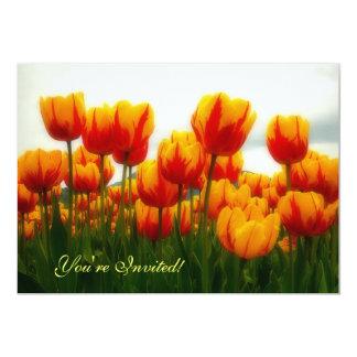 """Tulipanes bonitos en campo de flor invitación 5"""" x 7"""""""
