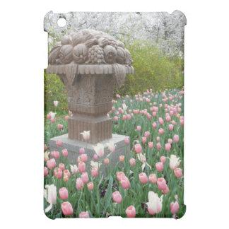 Tulipanes con la escultura del cuenco de fruta
