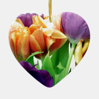 Tulipanes de la mandarina y de la lavanda adorno navideño de cerámica en forma de corazón