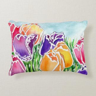 Tulipanes de la primavera en la almohada del cojín decorativo