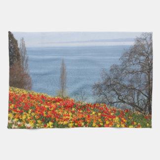 Tulipanes de la primavera por el mar toallas de cocina