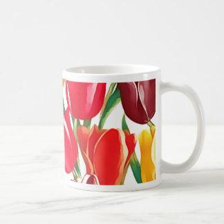 Tulipanes de la primavera. Taza del regalo de Pasc