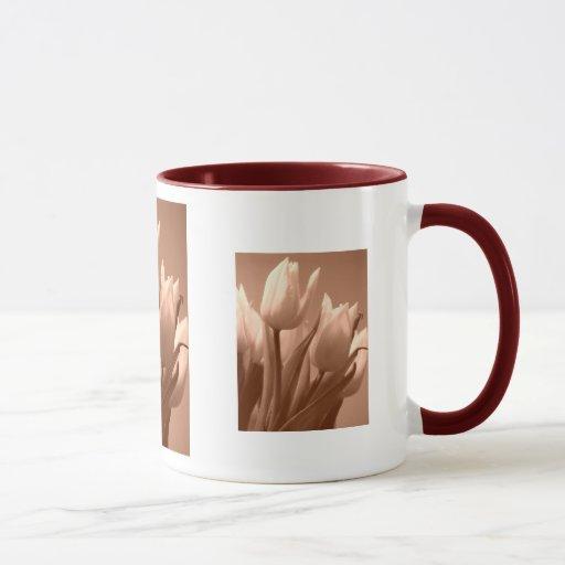 Tulipanes de la sepia taza