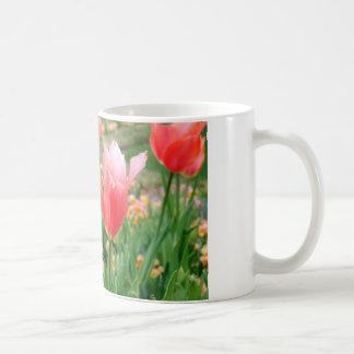Tulipanes del día de madre taza