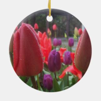 Tulipanes del día lluvioso adorno navideño redondo de cerámica