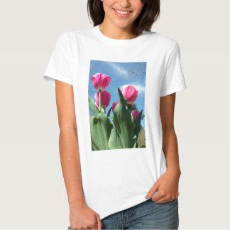 Tulipanes elevados remera