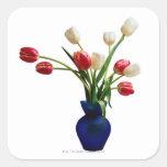 Tulipanes en un florero azul pegatina cuadrada