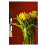 Tulipanes, lámpara y sitio rojo tableros blancos