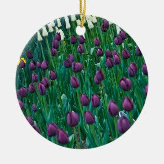 Tulipanes púrpuras adorno navideño redondo de cerámica