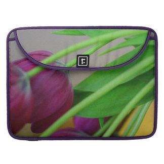 Tulipanes púrpuras coloridos fundas para macbooks