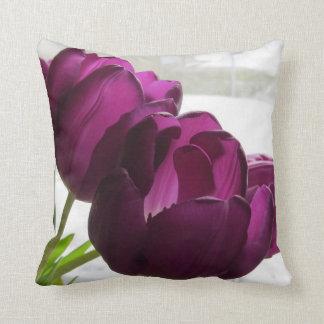 Tulipanes púrpuras con la ronda trasera Nevado Cojín