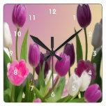 Tulipanes púrpuras y blancos grandes relojes