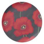 Tulipanes rojos brillantes en negro, placas plato de comida