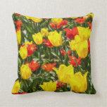 Tulipanes rojos y amarillos cojin