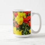 Tulipanes rojos y amarillos tazas de café