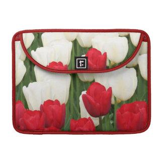 "Tulipanes rojos y blancos 13"" manga de MacBook Funda Para Macbooks"