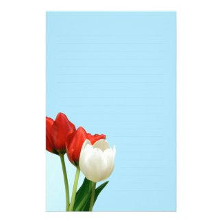 Tulipanes rojos y blancos en el papel de escribir   papeleria
