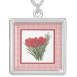 Tulipanes rojos y collar rosado de la tela escoces