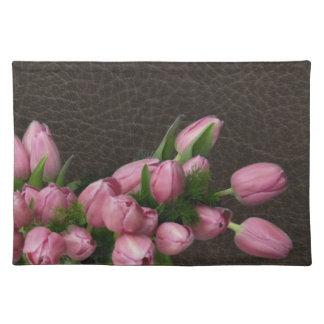Tulipanes rosados en el lugar de cuero elegante de manteles individuales