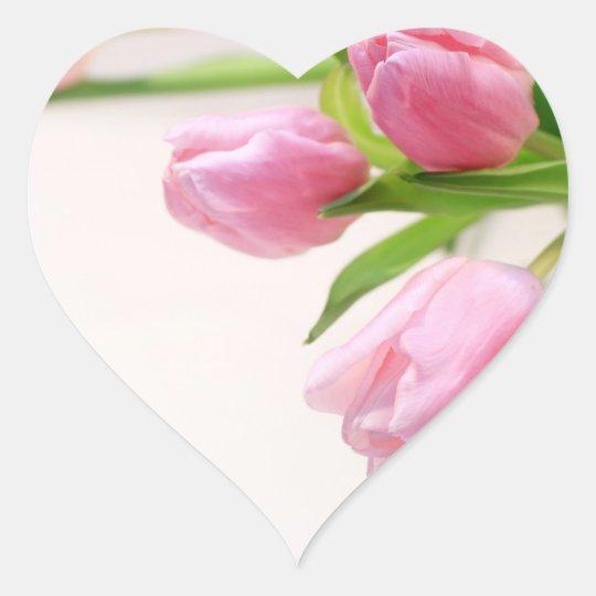Tulipanes rosados preciosos pegatina en forma de corazón