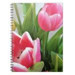 Tulipanes rosados, ramo floral de la primavera, libros de apuntes