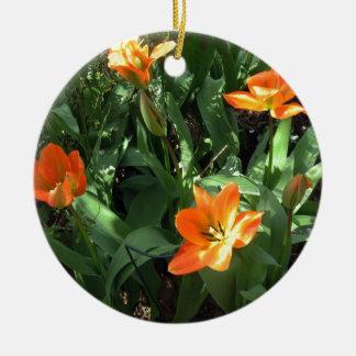 Tulipanes soleados adorno navideño redondo de cerámica