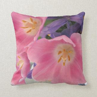 Tulipanes y almohada decorativa del iris