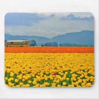 Tulipanes y autobús escolar amarillos mouse pad