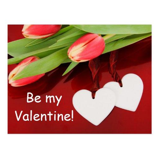 Tulipanes y corazones rojos postal