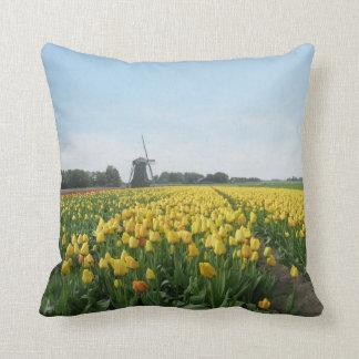 Tulipanes y molino de viento holandeses Holanda Cojín
